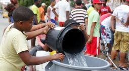 Persona recogiendo agua potable