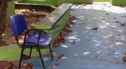 Colegio con basuras en el suelo.