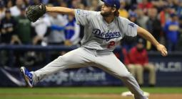 El lanzador Clayton Kershaw de los Dodgers de Los Ángeles llega a su fin durante la parte inferior de la novena entrada del juego