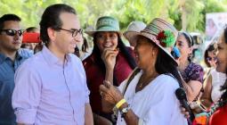 Ministro de agricultura con las mujeres de Riohacha