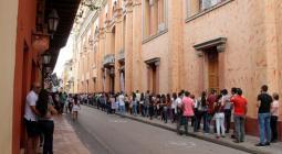Estudiantes afuera de la Universidad de Cartagena antes de las Saber Pro.