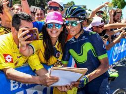 El ciclista colombiano Nairo Quintana es uno de los más asediados por los aficionados colombianos. Firma autógrafos y se toma fotos con sus admiradoras