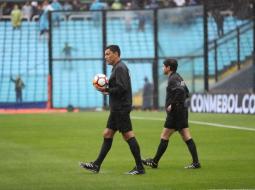 Momentos en que el árbitro chileno Roberto Tobar inspecciona el campo de juego de la Bombonera.
