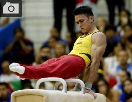 Jossimar Calvo realiza su rutina en caballo con arzones de la gimnasia artística.
