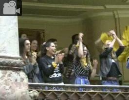 personas celebrando la ley que fue aprobada