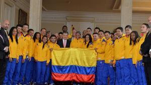 El presidente Juan Manuel Santos entregó la bandera a la delegación colombiana que representará al país en los X Juegos Suramericanos Santiago 2014.