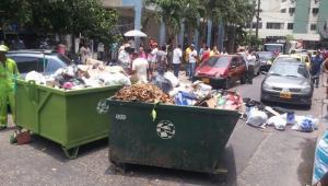 Los trabajadores ubicaron las cajas estacionarias de basura en medio de la carretera impidiendo que los vehículos circularan por esta vía.
