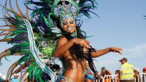 El grupo Ekobios es uno de los más aplaudidos en el desfile.