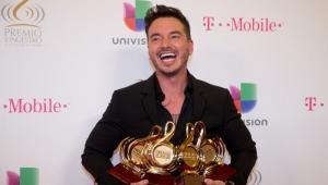 J Balvin con los cuatro premios.