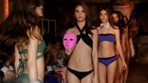 Una modelo en pasarela durante la clausura del Cartagena Fashion Week.