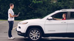 Un grupo de investigadores logró tomar control remoto de un Jeep.