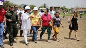 Alcaldesa (e) recorriendo el terreno donde se construirá estación de Policía.