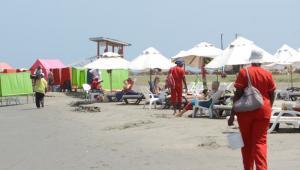 Masajistas uniformadas en las playas de El Laguito.