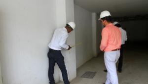 Ingenieros tomando medidas a una columna