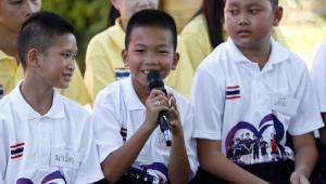 Los niños que pasaron dos semanas en una cueva de Tailandia ofrecieron una rueda de prensa.