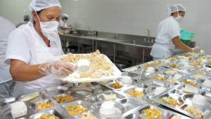 Manipuladoras organizando el complemento alimentario en colegio