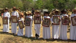 Niños representan a las víctimas de Mampuján.