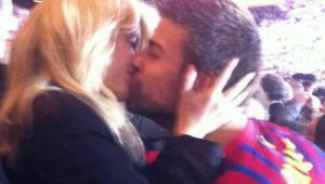 Shakira y Piqué se besan en las tribunas tras la victoria del FC Barcelona.