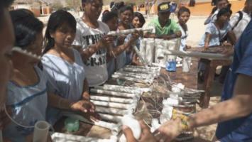 Los pobladores aprenden a construir los postes, lo que genera una apropiación de esta tecnología