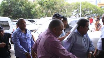 En la foto, de izquierda a derecha, el concejal Rodrigo Reyes, el exfuncionario Jorge Luis Cudris y el exalcalde de la Localidad 3, Pedro Buendía. Capturados por edificios ilegales en Cartagena.