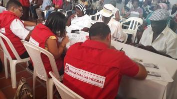 Funcionarios de la Unidad atendiendo a personas víctimas del conflicto.