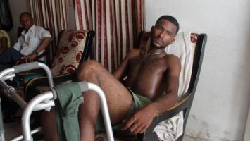 Hombre sentado en mecedora