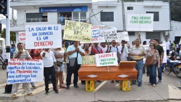 Personas protestan frente a eps Medimás