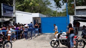 Personas haciendo fila en al cárcel de Ternera