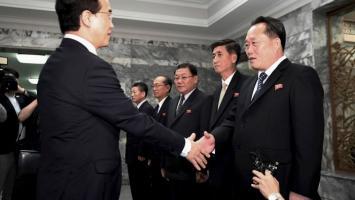 El ministro de Unificación de Corea del Sur Cho Myoung-gyon, izquierda, estrecha la mano de su homólogo norcoreano, Ri Son Gwon