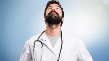 Médico mirando hacia arriba.