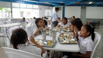 Estudiantes recibiendo almuerzo en sitio