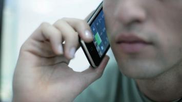Hombre hablando por celular