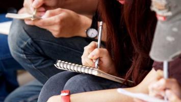 Estudiantes tomando notas