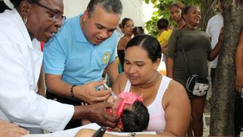 El alcalde (e) de Cartagena, Pedrito Pereira aplicando una vacuna a una bebé en jornada de vacunación.