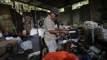 Cerro Patacón es también el vecindario y el sustento vital de decenas de familias que sobreviven como pueden del decadente negocio del reciclaje.
