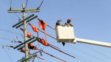 Operadores arreglando redes en la ciudad.