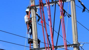 Operario de Electricaribe haciendo mantenimiento a redes