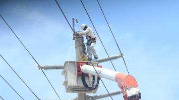 Trabajador de Electricaribe haciendo reparación en redes.