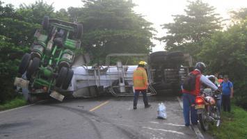 Camión cisterna se volcó en la troncal de Occidente en Arjona.