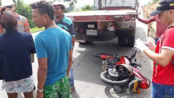 Moto accidentada en la vía.