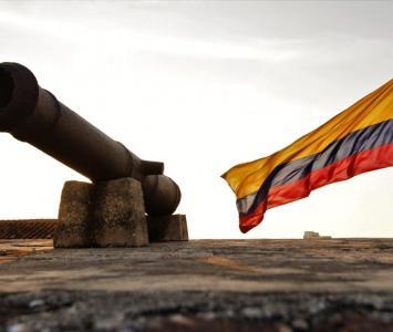 Bandera de Colombia ondeando junto a cañón en zona amurallada de Cartagena. 20 de julio 2018