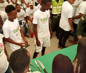 Unos 60 jóvenes en riesgo firmaron pacto de paz en La Candelaria y entregaron armas.