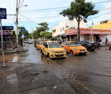 Calle inundada en la calle 70 de crespo