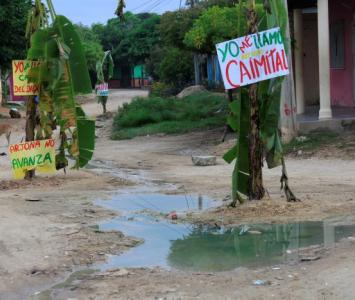 Calle llena de agua rebosada