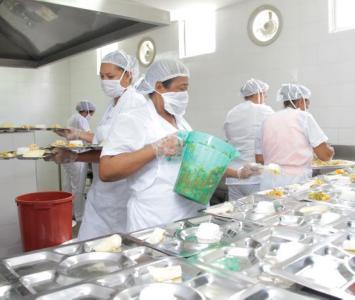 Manipuladoras preparando almuerzo en sitio en colegio de Cartagena.
