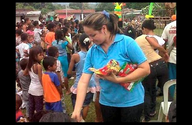 La gestora social, Claudia Marín Muentes en la clausura del mes de la niñez