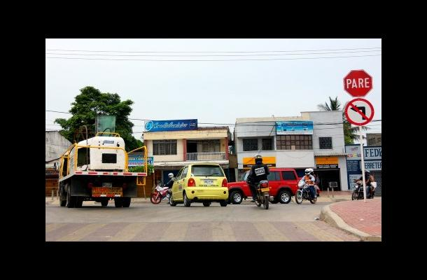 La imprudencia de los conductores en Cartagena es el pan de cada día. Vehículos y mototaxistas giran a la izquierda donde está prohibido por la señal de tránsito ubicada en  Los Ejecutivos.