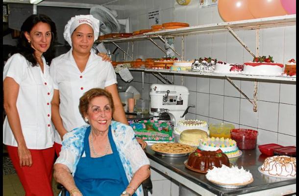 Rosita con su hija, Rosa Eugenia y Margarita, a quien educó.