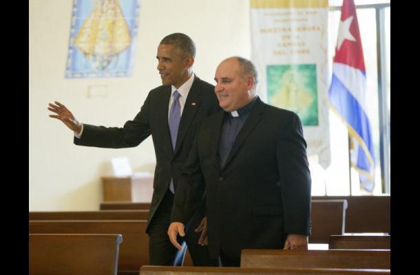 Barack Obama visita templo religioso.