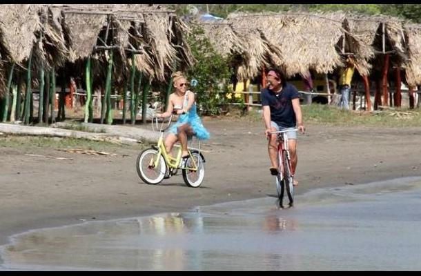 Shakira y Carlos Vives durante la filmación de 'la Bicicleta'.